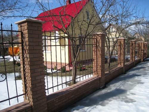Забор с кирпичными столбами Киев