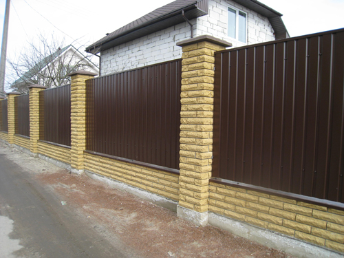 Забор с кирпичными столбиками Киев